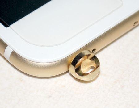 装着するとこんな感じです。ゴールドの色がiPhone 6 Plusとぴったり