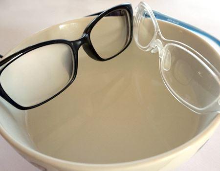 普通のメガネ(左)だと曇ってしまう熱湯の上でも、お風呂用メガネ(右)はまったく曇りません。ラーメンを食べる時にもいいかも? とちょっと思いました
