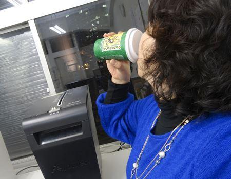 これ、みそ汁を飲んでいる最中です