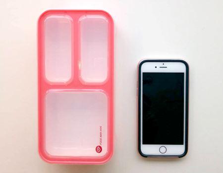 iPhone 6sと並べるとこんな感じ。サイズはだいたい幅210mm×高さ35mm×奥行き103mm