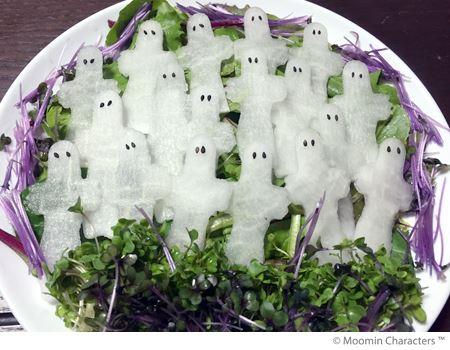 薄切り大根を型抜きし、黒ごまで目をつければ…ニョロニョロの大群サラダ完成!