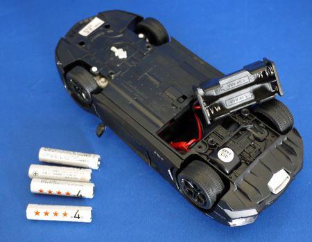 本体には単4形アルカリ乾電池4本が必要です。電池ボックスに入れてセッティング