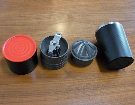 本体は、左からドリップケトル、ハンドミル、ドリッパー(フィルター)、タンブラーで構成されています