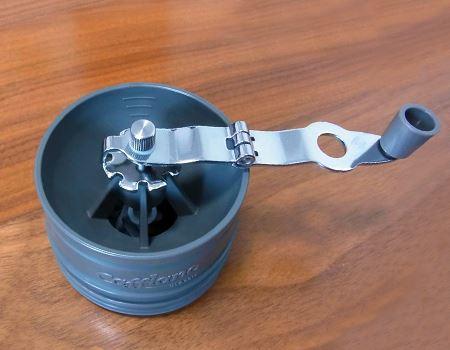 最大30gの豆をひけるハンドミル。折りたたみ式のハンドルはステンレス製で、刃はセラミック製です