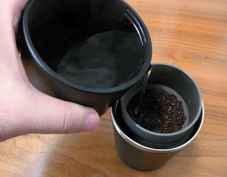 ドリップケトルを使ってお湯を注ぎます。もちろんポットから直接注いでも問題ありませんが、中が見えないので入れ過ぎにご注意