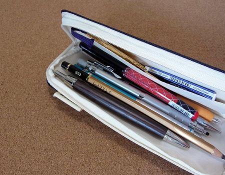 とりあえず手持ちのペンを詰め込んでみました