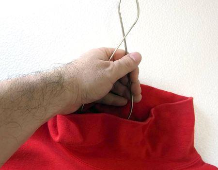 これなら、襟首の細い衣服でもスッとハンガーを通せます