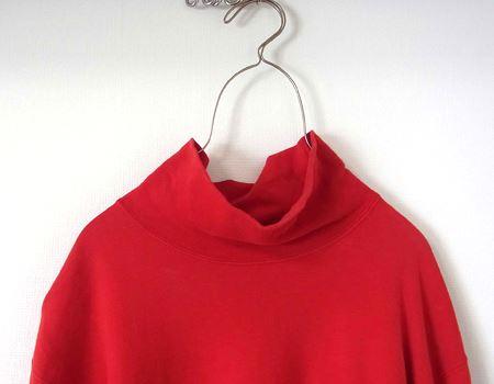生地が厚手の衣服では重みでハンガーが閉じようとしますが、この程度なら実用範囲内。ずり落ちることはなさそうです