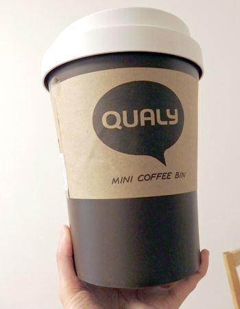 手を広げてカップの底を持つので精いっぱいの大きさです