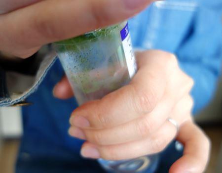 ボトル上部をひねるとぷちっと音がして粉が落ちてきます。止まるまでひねったらボトルを軽くたたいて粉を落とします