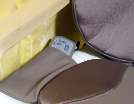 座面横にはリモコン用のポケット付き