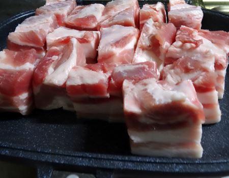 豚の角煮を作りま〜す。バラブロックを6面焼くのって、油ハネも多いし案外手間