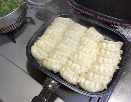 餃子を蒸焼きにして…