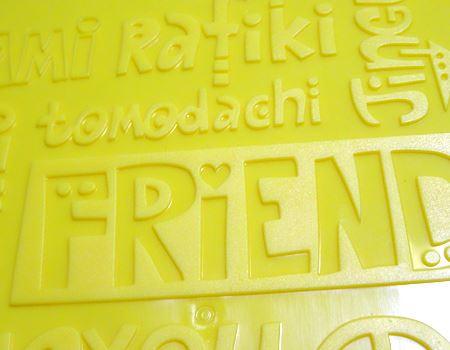 黄色のボード部分には、各国の「友達」を意味する単語が。ローマ字で「tomodachi」もありました