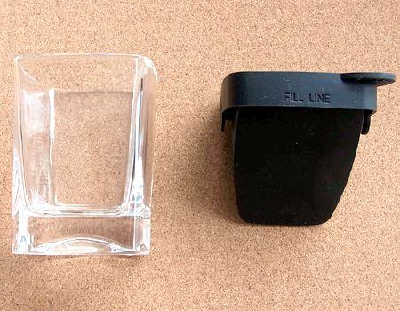 中には、グラスと斜めの氷を作るシリコン製のフタ