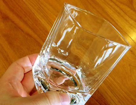 ガラス製のグラスは厚みがあって、手に取った感じもずしりと重みを感じます