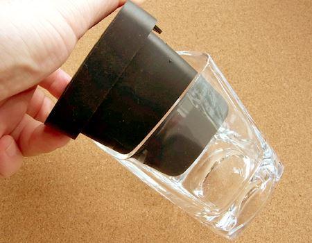 それでは氷を作りましょう。まずはグラスにフタをかぶせます