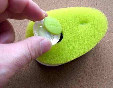 洗剤を入れたカプセルをスポンジにセット