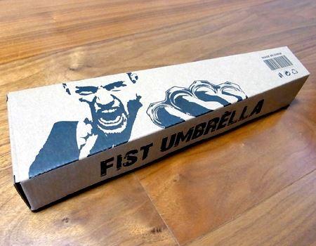 なんだか味のあるダンボールに入って届きました。なんと「FIST UMBRELLA」と印刷されています。とすると…
