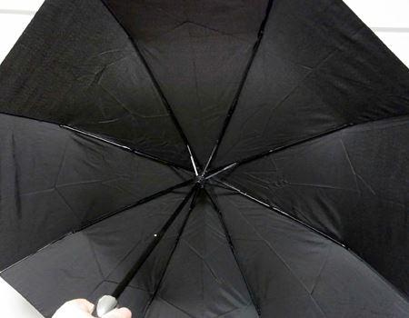 傘を広げた時の直径は約98cmと折りたたみ式では十分な大きさ。中骨はスチール製で8本仕様