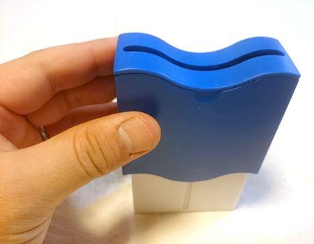 青い外のケースを上にスライドさせて…