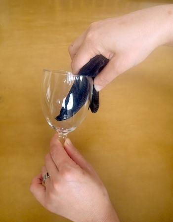 ステップ1:V字の付け根部分をグラスの底と内側に沿わせて洗う