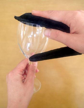 ステップ2:幅が広いほうでなでるようにして飲み口を洗う
