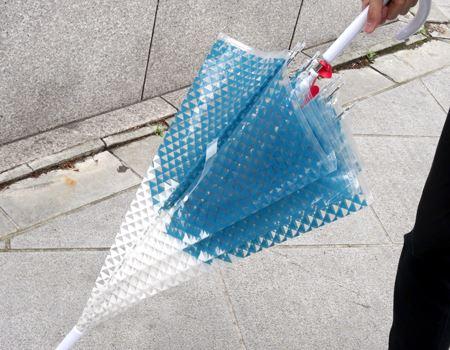 雨上がりに閉じた姿も美しいビニール傘ですね