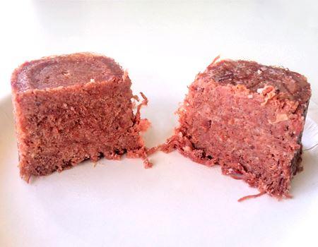 半分に切って、中身を比較。若干、山形牛(右)のほうがお肉の粒が大きいように思います