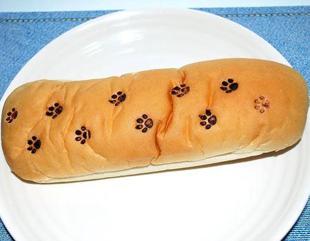 長いコッペパンにいっぱい押したら、子猫が歩いた跡のようになりました