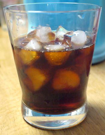 サーバーに使った氷はグラスに入れて再利用!