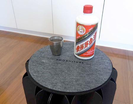 高さ的にはテーブルとして使うのもよさそうです。とくに理由はありませんが、久しぶりに茅台酒をいただくことにしました♪