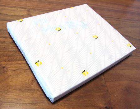 ニコンのロゴ入り包装紙でちゃんと包まれています