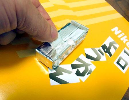 ようかんを覆う、銀紙部分の真ん中が開け口になっています