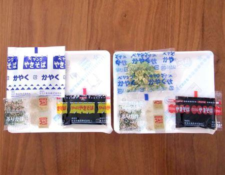 中味はどちらも、かやく、ソース、ふりかけ、スパイスのセット。「ペヨング」(右)のかやくの袋にも「ペヤングかやく」と書かれています(ややこしい〜)