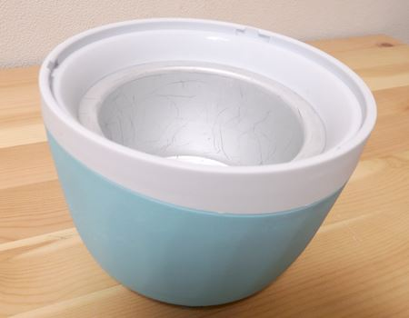 直径15cmのスペースを取らない、小ぶりなアイス容器。容器の中に凍結材のようなものが入っているのか、凍らせる前はチャプチャプと液体の音がします