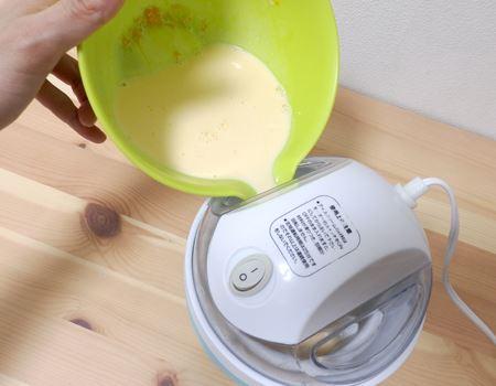 容器にフタをセットしてスイッチ・オン。アイスの素をいざ投入します!