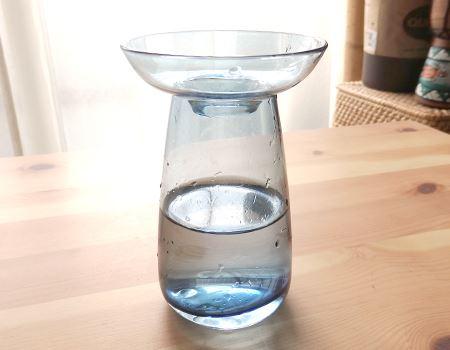 美しいガラスの花瓶に見えますが、実はちょっとした仕掛けが…