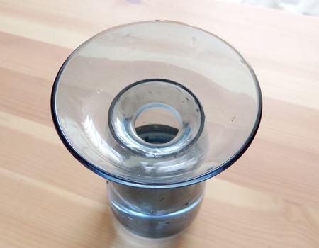 真ん中の穴に植物を挿して使う普通の花瓶とはちょっと違うんです