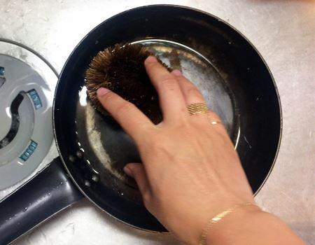 立ち上がり部分までしっかり火を当てたら、後は一度タワシで軽く洗い、油をひいてくず野菜を炒めればOK