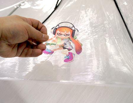 透明性のあるシールになっていて、ビニール傘の内側から好きな場所に貼っていきます