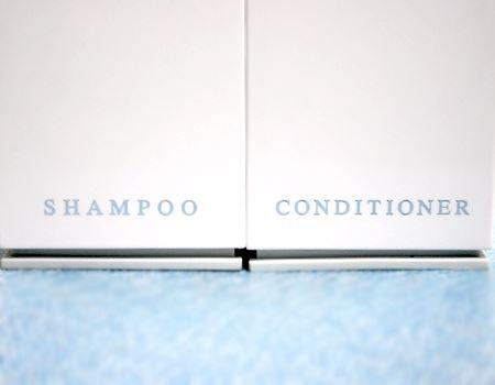何が専用かというと、ボトルの下にこのように「SHAMPOO」、「CONDITIONER」と書いてあるんです。同様にボディーソープ用のボトルも販売されています