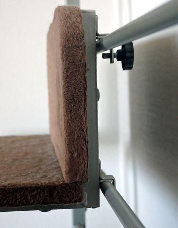 2つの横棒を使って設置します。上部にネジがあり固定できます