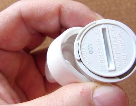 アタッチメントにセンサーを取り付けます。この時、アタッチメントの凹部にセンサーの凸部をピッタリと合わせないと動きを正しく測定できません