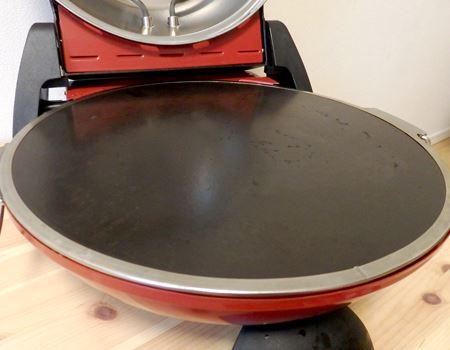 ピザプレート。蓄熱性のある特殊な石材を使用した平らなプレートで、ピザ以外にもナンやフォカッチャ、トルティーヤ、焼き芋などに使えます