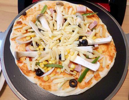 ピザプレートの上にピザをセット! 直径30cmまでの大きなピザも乗せられます