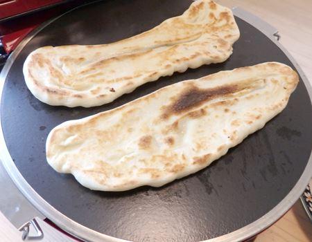 カレー用のナンもお得意。高温で一気に焼き上げるので、あっという間に焼けて次々と量産できます