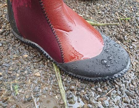 つま先、かかと、靴底はゴムで強化されています