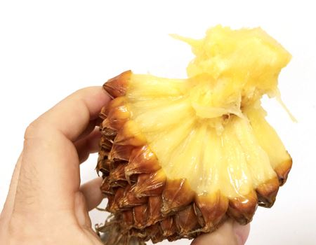 果肉を剥がしていくと真ん中の芯が残ります。歯ごたえはありますが、芯も十分食べられます