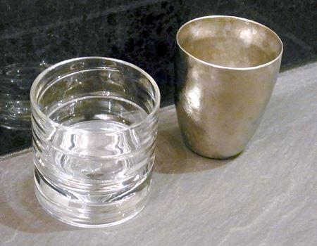 右側は日本酒用に愛用している「SUSgallery(サスギャラリー) 真空チタンカップ」。いずれ劣らぬ逸品です
